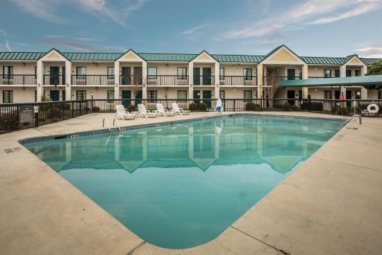 Quality Inn & Suites Hanes Mall: Pool