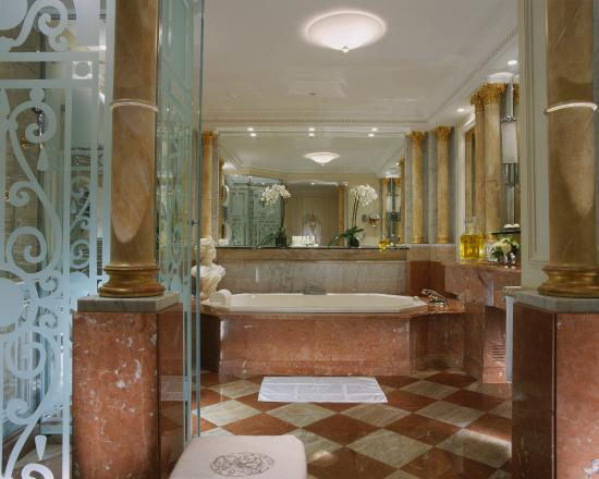 Hôtel Plaza Athénée: Royal Suite - the bathroom