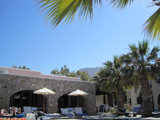 Rose Bay Hotel: View across the pool to the restaurant.