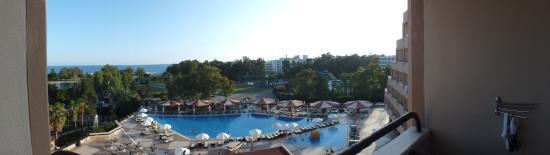 Grand Prestige Hotel & Spa : Panoramafoto Ausblick zu den Pools, dem See und dem Meer