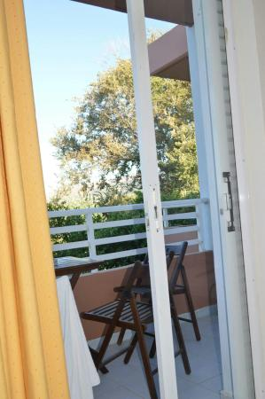 Jonathan Studio Apartments: Free pool wifi, parking, childrens pool and large pool.