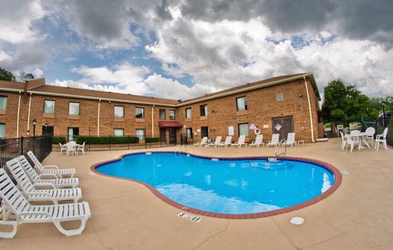 Red Roof Inn Charlotte UNCC: Pool