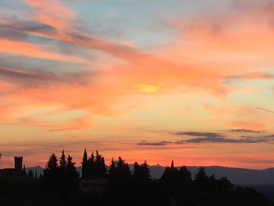 Montespertoli, Italia: Sunsets were stunning out our window!