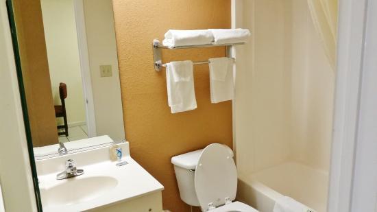Country Hearth Inn Augusta: Bathroom