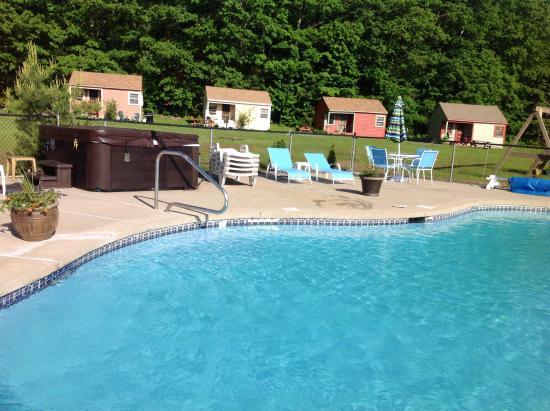 Valley Brook Cottages: Heated salt water pool