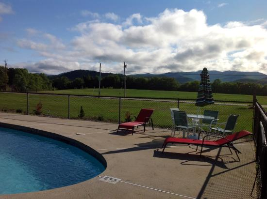Valley Brook Cottages: Large pool deck  mt views