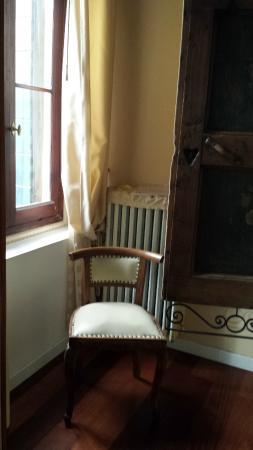 Alloggi Alla Rivetta: Cadeiras e Janelas no quarto com armário no meio