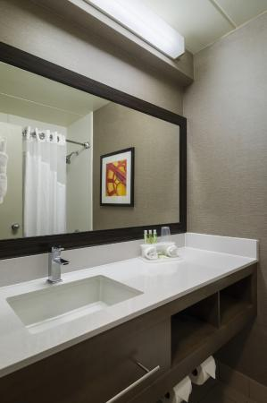 Holiday Inn Express King Of Prussia: Standard Guest Bathroom