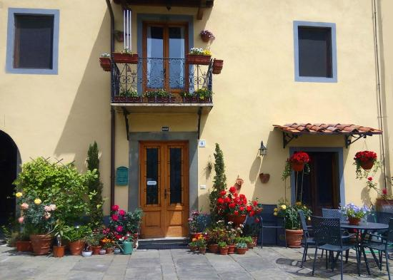 Casa La Pace Bed and Breakfast: B&B front courtyard