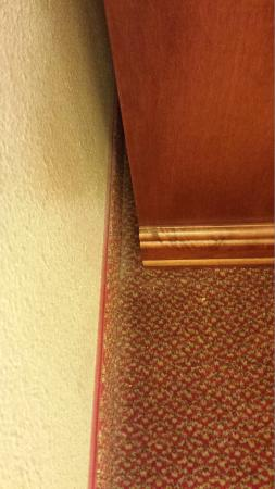 Country Inn & Suites By Carlson, Coralville: Bedroom dust