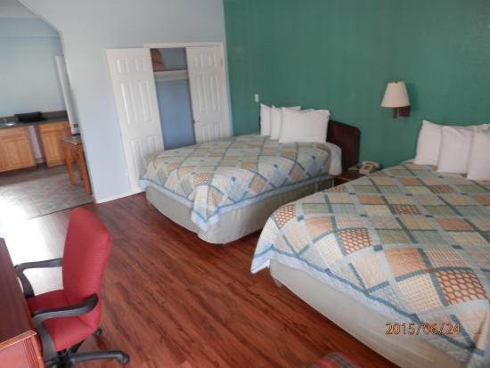 Pinn Road Inn & Suites: Large room/suite with 2 queen size beds