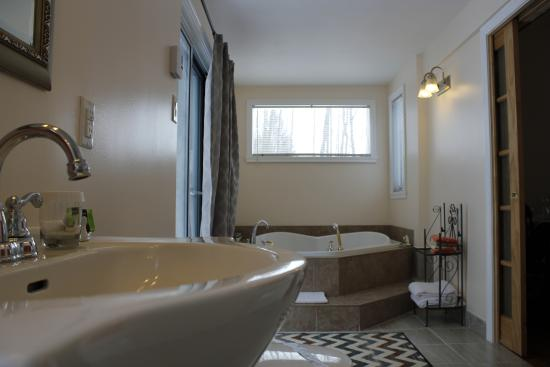 Le Cachet B&B: Brand new bathroom in La Romantique (sink and private jacuzzi)