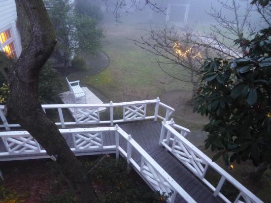 Bear Creek Inn: 清晨 從客房陽台通往花園