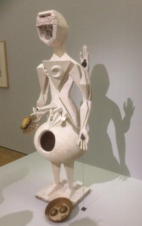 Paris, Frankrike: Look at the shadow behind and see the woman hiden in this sculpture.