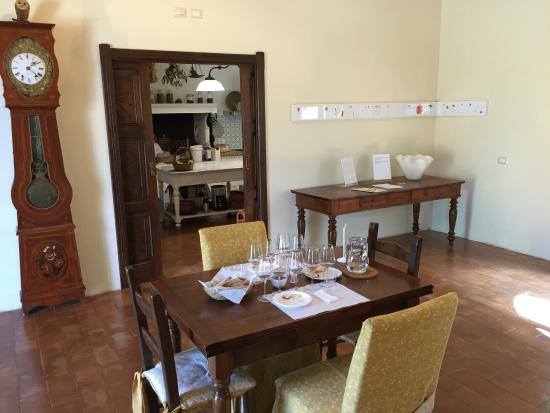 Comedor con la mesa preparada y la cocina al fondo - Bild ...