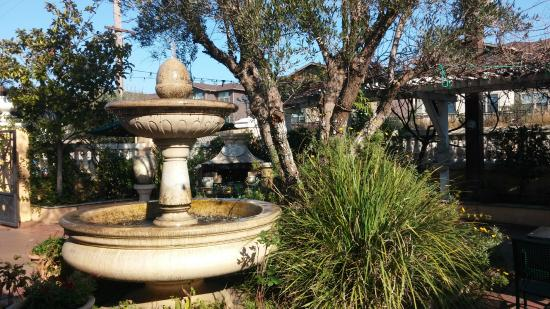 Olive Tree Inn: Olive Tree Restaurant's Welcoming Entry Courtyard