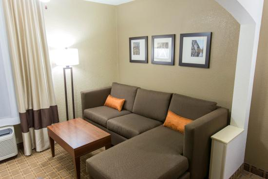 Comfort Inn & Suites Springfield I-44: King Suite w/ Sectional Sleeper Sofa
