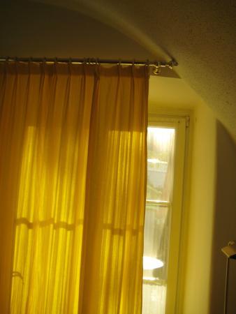 Hotel Schloß Leonstain: Falsch angebrachter Vorhang