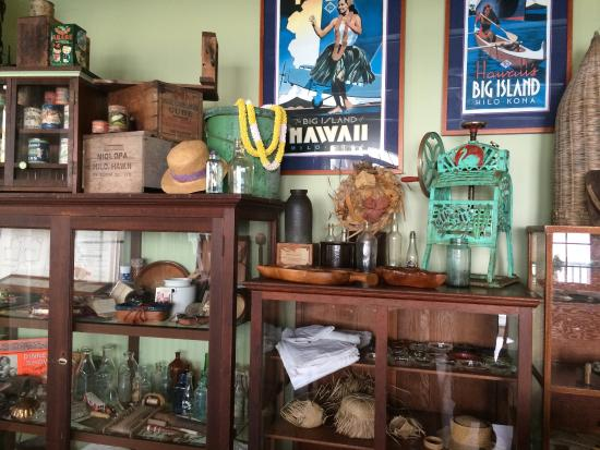 The Palms Cliff House Inn: Absolutely love their antiques collection in the guest lounge.