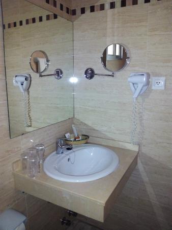 Hotel Europa: Baño Habitación Cuádruple