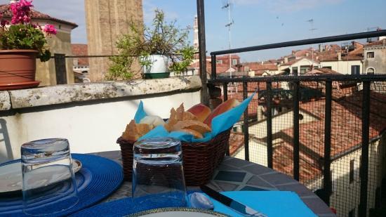 Petit Déjeuner en terrasse - Picture of B&B La Terrazza Dei Miracoli ...