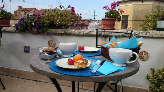 Petit Dejeuner en terrasse - Foto di B&B La Terrazza Dei Miracoli ...