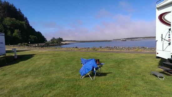 Winchester Bay RV Resort: back up to the bay