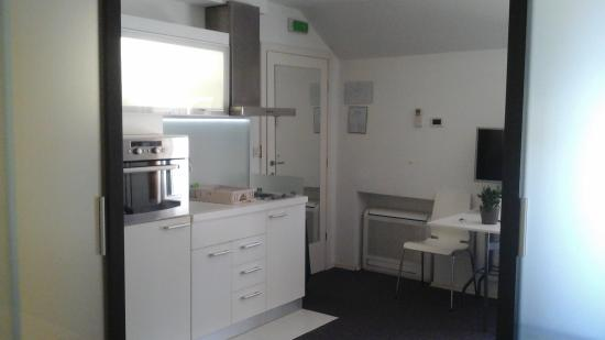 MirO Studio Apartments: kitchen