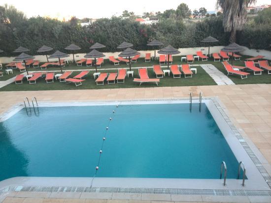 Vau Aparthotel: Quarto com vista para a piscina