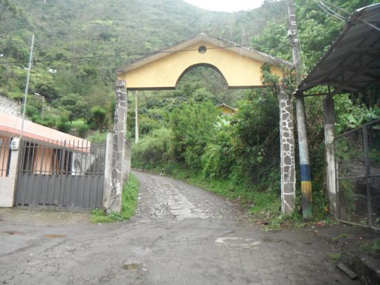 La Casa Amarilla: Start of the trail up to the hotel