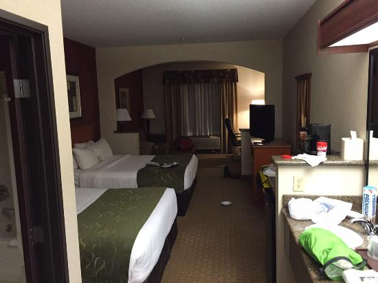 Comfort Suites Redmond Airport: Nice big room.. Excuse the mess!