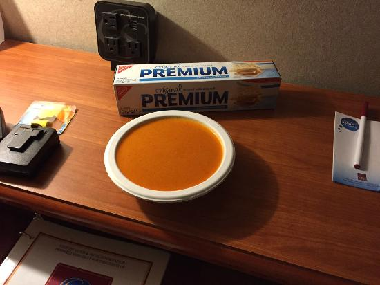 Comfort Suites Redmond Airport: Campbells soup and crackers for dinner.
