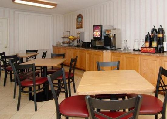 Econo Lodge Inn & Suites: CAFBkfstarea
