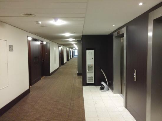Wide corridor picture of dutch design hotel artemis for Design hotel artemis
