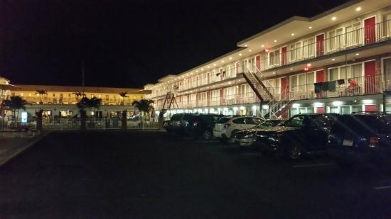 Hershey Motel: Exterior of the hotel looks pretty cool at night!