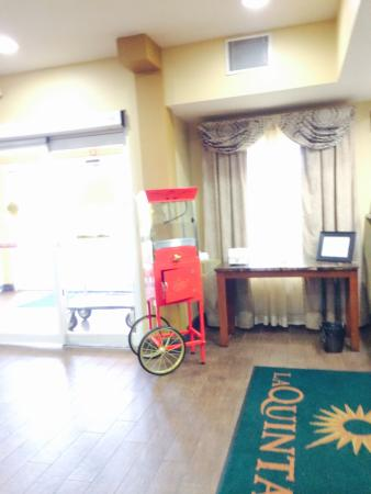 La Quinta Inn & Suites Russellville: Popcorn maker