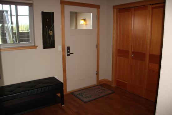 Columbia Falls, MT: Entry area, closet with washer and dryer to the right
