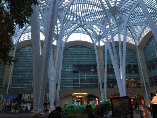 BCE Place: La cour intérieur sous la verrière