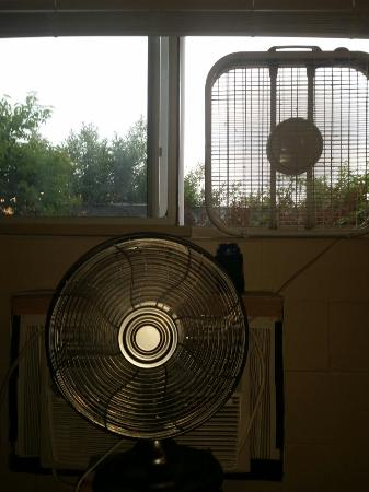 Seabreeze Motel : Air conditioning is very lacking and no screen in my window.