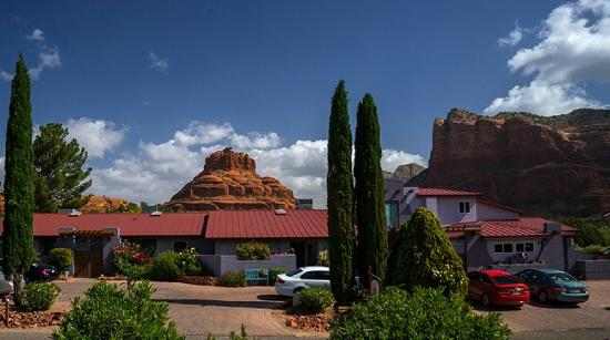 Cozy Cactus Bed and Breakfast: Front view with Bell Rock in your Backyard!