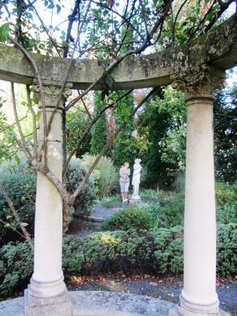 Ayrlies Garden: Copying the statue
