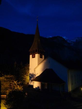 Chalet Im Rohr: Iglesia iluminada en el atardecer