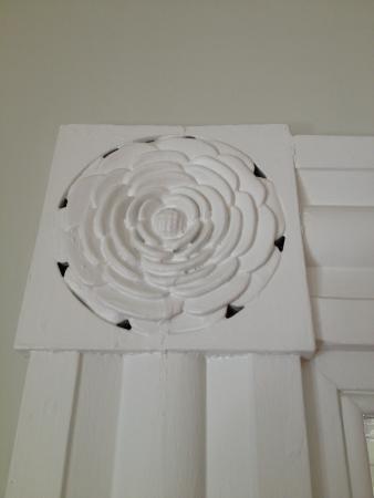 Alden House B&B : Lovely window trim medallion