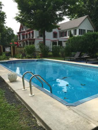 The Wild Rose Inn: Pool on the property