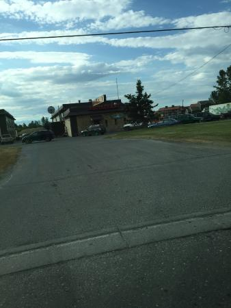 Uptown Motel: A picture of the outside of the hotel from road