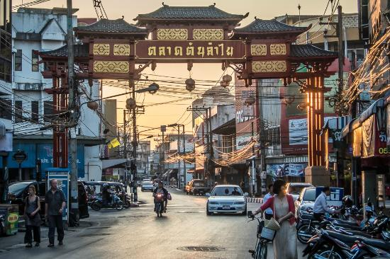 Chiang Mais China Town Gate - Picture of Warorot Market ...