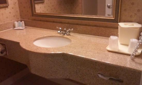 Comfort Inn & Suites: Restroom counter