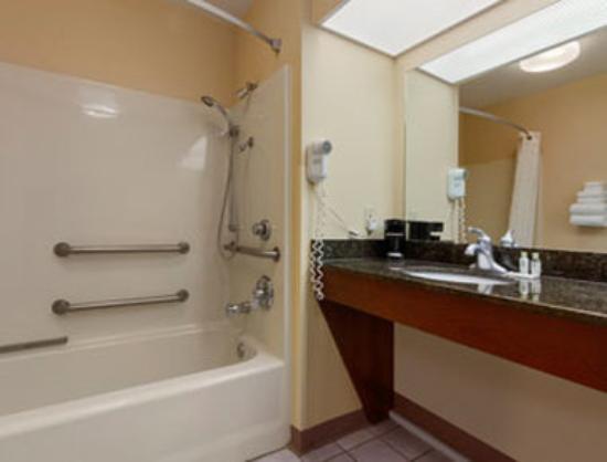 Howard Johnson Dalton: ADR Bathroom