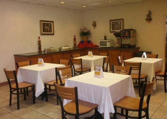 Clarion Inn: breakfast area