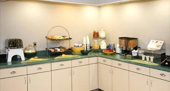 Crossroads Inn & Suites: Breakfast Area